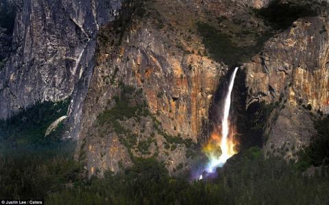 Радуга под водопадом
