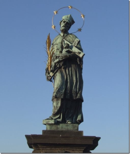Статуя св. Яна Непомуцкого на Карловом Мосту. Фото: wikipedia.org