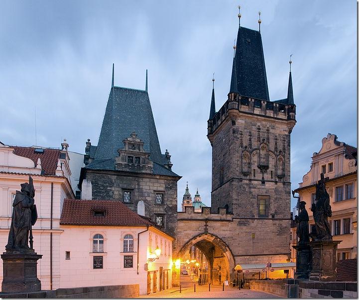Прага, вид на одну из башен Карлова моста. Фото: wikipedia.org