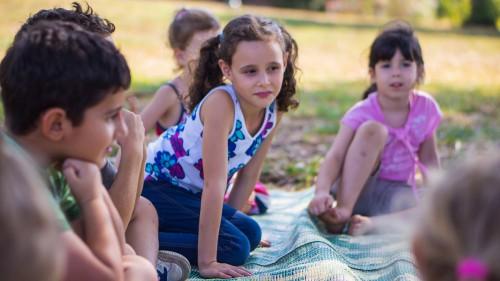 Практикующие в Израиле собрались с детьми в парке Йэошуа