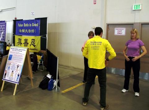 На ярмарке здоровья в Айдахо люди знакомятся с Фалунь Дафа