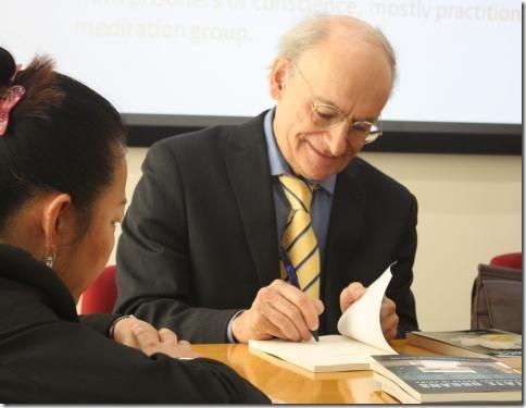 Дэвид Мэйтас подписывает свою новую книгу «Государственные органы»