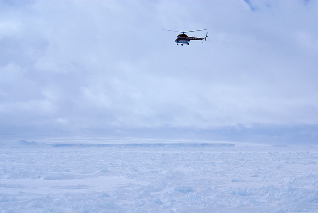 Вертолёт во льдах