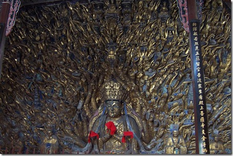 Будда с золотыми руками на горе Баодин