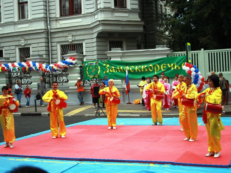 Практикующие Фалунь Дафа приняли участие в дне города Москвы