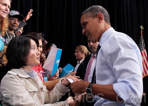 Практикующая Фалуньгун передаёт президенту Обаме письмо о преследовании Фалунь Дафа в Китае