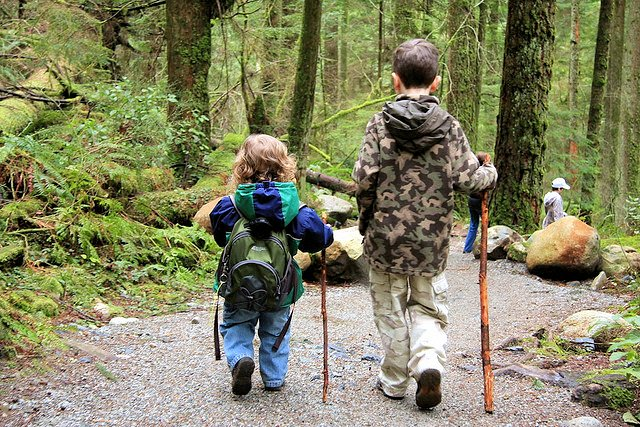 Дети на прогулке.